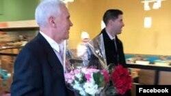 အေမရိကန္ ဒုတိယသမၼတ Mike Pence ဇနီး Karen အတြက္ ခ်စ္သူမ်ားေန႔ အမွတ္တရ ပန္းစည္းဝယ္ (၁၄ ေဖေဖၚဝါရီ ၂၀၁၇)