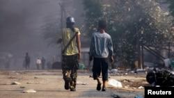 Cư dân mang vũ khí trong cuộc bạo loạn ở Meikhtila, Miến Điện, ngày 22/3/2013.
