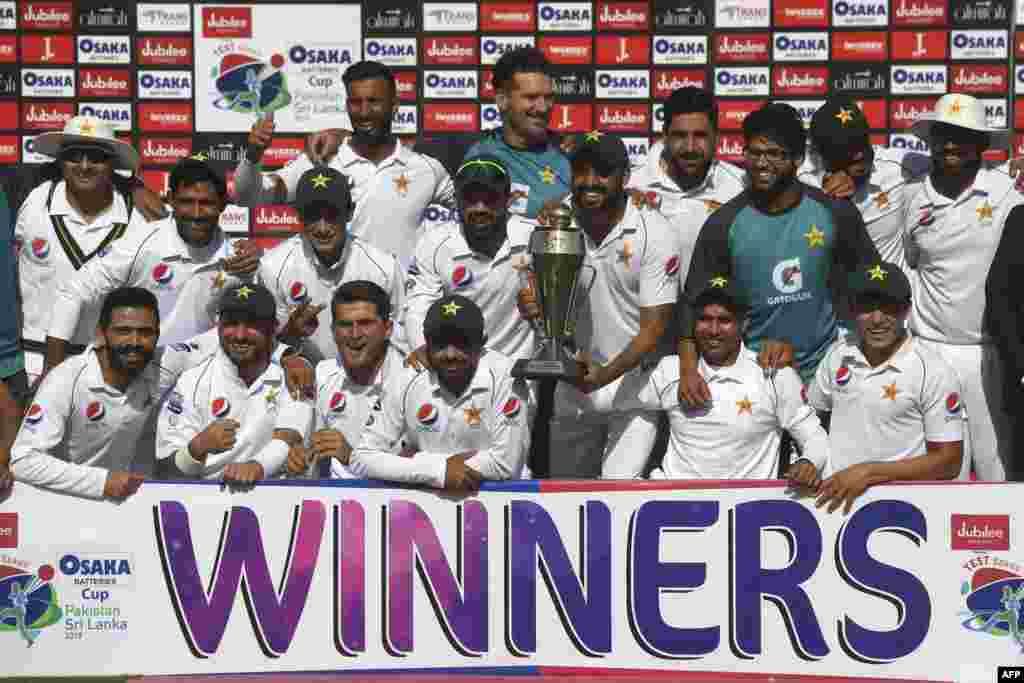 کراچی ٹیسٹ میں سری لنکا کو شکست دینے کے بعد پاکستانی کھلاڑیوں کا ٹرافی کے ہمراہ گروپ فوٹو۔