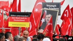 Des manifestants turcs accusent des partisans du prédicateur Fethullah Gülen d'avoir infiltré l'Etat allemand 'lors d'une protestation à Cologne, Allemagne, le 31 juillet 2016.