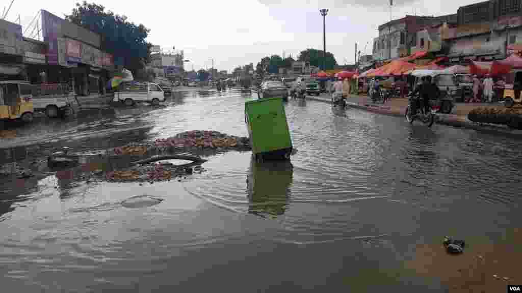 کراچی سمیت سندھ کے مختلف شہروں میں بارشوں سے ہونے والی تباہی کی وجہ سے سندھ حکومت نے رین ایمرجنسی نافذ کر دی ہے۔