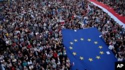 人群在华沙打出欧盟和波兰旗帜,抗议波兰保守派政府改造波兰法院。(2018年7月3日)