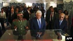 Le Premier ministre portugais, Antonio Costa, examine des objets exposés au Musée national des forces armées angolaises lors d'une visite à Luanda, la capitale, le 17 septembre 2018.