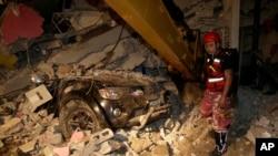 Petugs penyelamat berusaha mencari korban yang selamat di tengah reruntuhan bangunan. Pedernales, Ekuador.