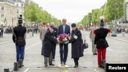 克里在巴黎向無名烈士墓敬獻花圈