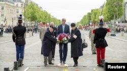 8일 제2차 세계대전 승전 70주년을 맞은 가운데, 프랑스를 방문한 존 케리 미국 국무장관이 무명용사 묘에 헌화하고 있다.