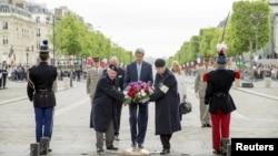 美国国务卿克里参加二战结束70周年庆祝活动,向巴黎的无名烈士墓敬献花圈(2015年5月8日)
