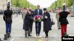 ລັດຖະມົນຕີ ຕ່າງປະເທດ ສະຫະລັດ ທ່ານ John Kerry (ກາງ) ວາງພວງມະລາ ທີ່ສຸສານ ທະຫານນິລະນາມ ໃນນະຄອນ ປາຣີ, ປະເທດຝຣັ່ງ.