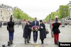 Amerika bosh diplomati Parijda Noma'lum askar qabriga gulchambar qo'ydi.