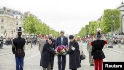 រដ្ឋមន្ត្រីការបរទេសអាមេរិកលោក John Kerry ដាក់កម្រងផ្កាក្នុងអំឡុងពេលពិធីខួបទី៧០ នៅប្រទេសបារាំងនៃការទទួលជ័យជម្នះរបស់ក្រុមសម្ព័ន្ធមិត្តលើរបបណាហ្ស៊ីអាល្លឺម៉ង់ នៅឯផ្នូរទាហានដែលគ្មានអត្តសញ្ញាណក្នុងទីក្រុងប៉ារីស ប្រទេសបារាំង នាថ្ងៃទី ០៨ ខែឧសភា ឆ្នាំ២០១៥។