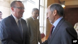 全国过渡委员会主席贾利勒(右)与美国近东事务助理国务卿费尔特曼握手