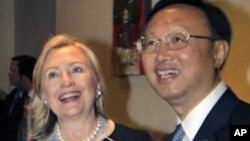 ລັດຖະມົນຕີການຕ່າງປະເທດສະຫະລັດທ່ານນາງ Hillary Clinton ຈັບມືກັບລັດຖະມົນຕີການຕ່າງປະເທດຈີນ ທ່ານ Yang Jiechi ກ່ອນການພົບປະທີ່ເກາະບາຫຼີ ອິນໂດເນເຊຍ (22 ກໍລະກົດ 2011)