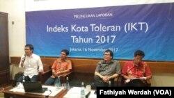 SETARA Institute merilis hasil penelitiannya mengenai kota toleran di Indonesia, Kamis (16/11) di Jakarta. Henry Simarmata, tenaga ahli utama di Unit Kerja Presiden-Pembinaan Ideologi Pancasila (UKPP) (paling kanan), Wakil Ketua SETARA Institute, Bonar Tigor Naipospos,Peneliti SETARA Institute Halili Hasan. (VOA/Fathiyah)