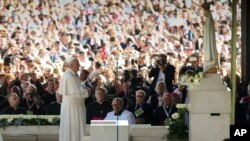 프란치스코 로마 가톨릭 교황이 12일 포르투갈의 성지 파티마를 방문해 성모 상 앞에서 기도하고 있다.