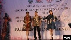 Peragaan Baju Batik Pewarna Alam karya perajin batik Jawa Timur, 2 Oktober 2014 (Foto: VOA/Petrus)