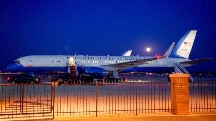 """""""Mặt trăng xanh"""" mọc ở trên nền trời phía sau chiếc chuyên cơ đưa Ngoại trưởng Mỹ tới Trung Đông và Đông Nam Á hôm 31/7."""