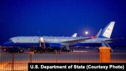 美国安德鲁空军基地上的美国国务卿克里的飞机(2015年7月31日,美国国务院图片)