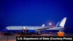 «ព្រះច័ន្ទពណ៌ខៀវ» ដ៏កម្ររះឡើងពីលើយន្តហោះរបស់រដ្ឋមន្រ្តីការបរទេសអាមេរិក John Kerry នៅឯមូលដ្ឋានទ័ពអាកាស Andrews Air Force Base នៅ Camp Springs រដ្ឋ Maryland កាលពីថ្ងៃទី៣១ ខែកក្កដា ឆ្នាំ២០១៥។