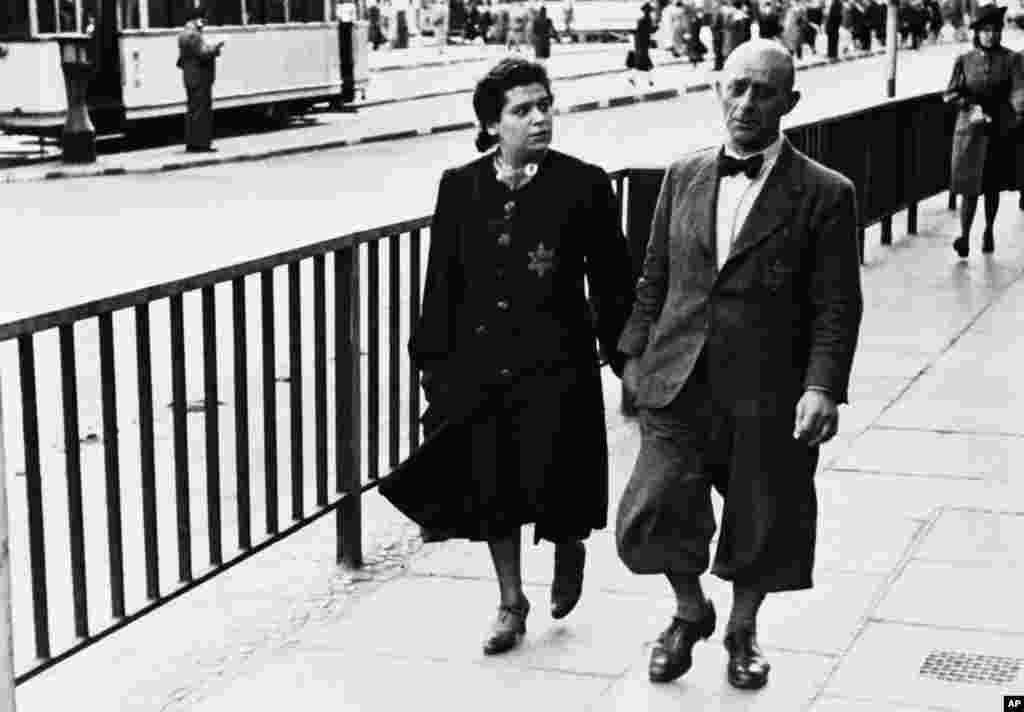 امروز در تاریخ: سال ۱۹۴۱- پیاده روی یک زوج یهودی در خیابانی در برلین. از یک ماه قبل، یهودیها در برلین مجبور شدند که یک ستاره داوود که روی آن نوشته شده بود «یهود» بچسبانند. دلیل این کار توسط دولت آلمان تشخیص یهودیها از بین بقیه مردم بود.