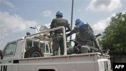 Binh sĩ Liên Hiệp Quốc tuần tra đường phố ở Abidjan, Côte D'Ivoire