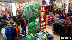 Muchas tiendas como Dick's ofrecen descuentos durante todo el fin de semana para atraer más compradores.