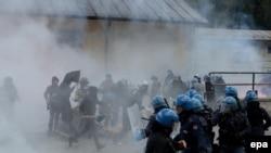 La police italienne et autrichienne se battent contre des militants de gauche et des manifestants anarchistes lors d'un rassemblement contre prévu réintroduction des contrôles aux frontières par le gouvernement autrichien à Brenner, entre l'Italie et Autr