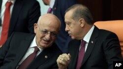 اسماعیل قهرمان رئیس مجلس ترکیه و عضو حزب حاکم عدالت و توسعه (چپ) در حال گفتگو با رجب طیب اردوغان رئیس جمهوری ترکیه - آرشیو