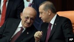 지난해 11월 터키 의회에서 AK당의 카흐라만 의장(왼쪽)이 레제프 타이이프 에르도안 터키 대통령과 대화하고 있다. (자료사진)