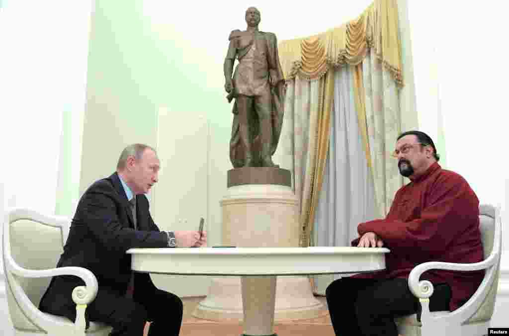 استیون سگال هنرپیشه آمریکایی در ملاقات با ولادیمیر پوتین در کرملین، از رئیس جمهوری روسیه پاسپورت روسی گرفت.