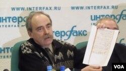 拉钦斯基在一次新闻会上手举目前解密的斯大林大清洗时的文件。(美国之音白桦拍摄)