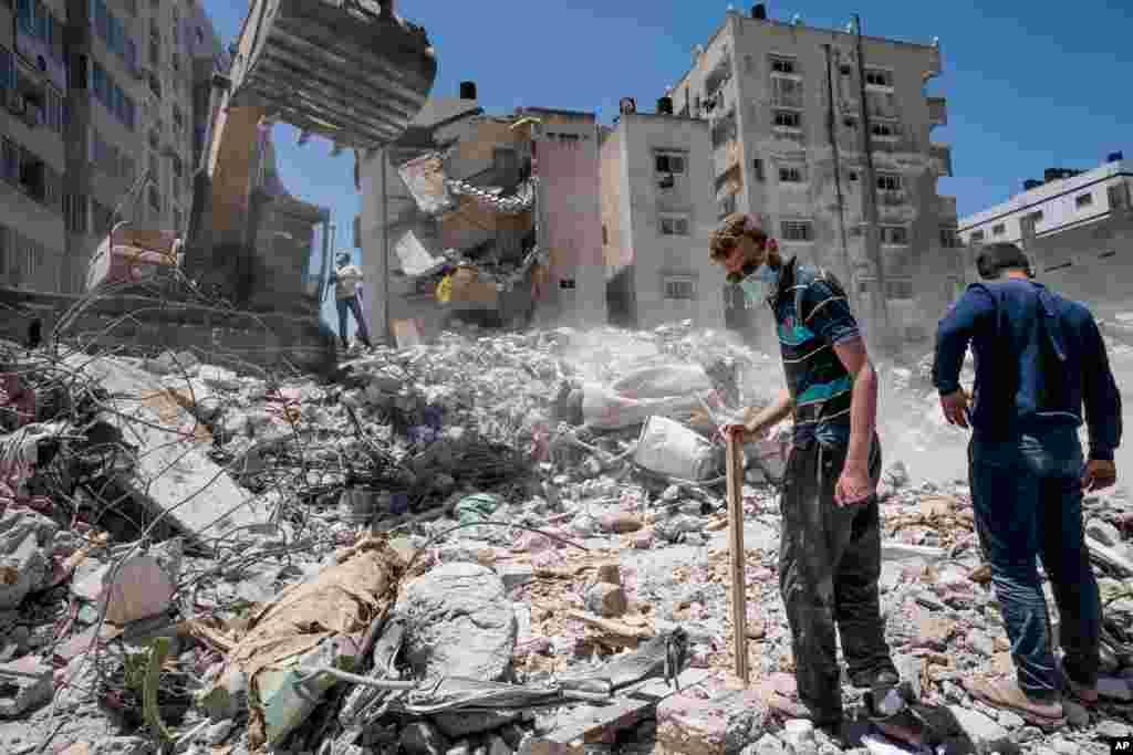 Ağır inşaat avadanlığı ilə İsrailin Qəzza şəhərində məhv etdiyi binanın sağıntəları təmizlənir