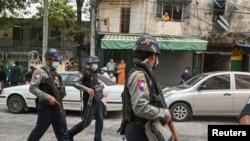 Lực lượng an ninh trên đường phố Myanmar.