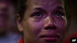 Apoiante de Dilma Rousseff chora derrota