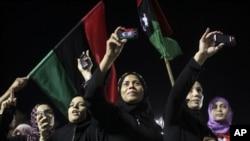 Wanawake wakiandamana dhidi ya Moammar Gadhafi kwenye uwanja wa kijani in Tripoli, Libya, usiku wa Jumatatu Augusti 29 2011