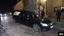 Катафалк покидает территорию Вавельского замка в Кракове с останками президента Польши Леха Качиньского и его его супруги, которые были эксгумированы для повторной экспертизы