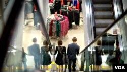 一對夫婦在美國亞特蘭大的一處購物中心採購。商務部最新報告顯示,2013年第一季 度年經濟增長率達到2.5%,消費者開支增加推動了經濟增長。