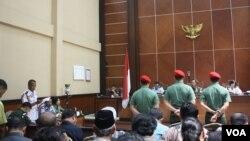 Suasana persidangan tiga terdakwa anggota Kopassus terkait penyerangan dan pembunuhan empat tahanan Lapas Sleman, Yogyakarta, 20 Juni 2013. (VOA/Nurhadi).