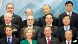 Photo de famille des délégations américaine et chinoise lundi au Palais du peule à Pékin