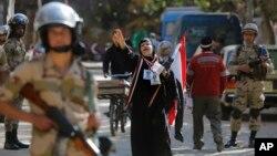 Phụ nữ Ai Cập hô khẩu hiệu ủng hộ Tướng Abdel Fattah-el-Sissi tại một trạm bỏ phiếu ở Cairo, ngày 15/1/2014.
