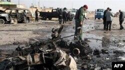 Iračke bezbednosne snage na mestu samoubilačkog napada u Ramadiju, 12. decembar 2010.