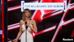 "Taylor Swift menerima penghargaan Top Billboard 200 Album untuk ""1989"" pada 2015 Billboard Music Awards di Las Vegas, Nevada, Mei 2015. (Reuters/Mario Anzuoni)"