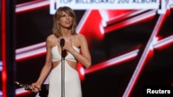 """Taylor Swift accepts the award for Top Billboard 200 Album for """"1989"""" at the 2015 Billboard Music Awards in Las Vegas, Nevada, May 17, 2015."""