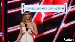 """Taylor Swift acceptando el premio por Top Billboard 200 Album por """"1989"""" en Las Vegas, Nevada, el 17 de mayo de 2015."""