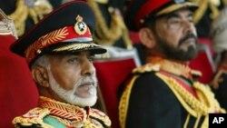 Le sultan Qabous ben Saïd d'Oman assistant à une parade militaire, Mascate, le 18 novembre 2005.