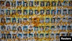 ຮູບພາບ ຂອງບັນດານັກຮຽນມັດທະຍົມ ຜູ້ເສຍຊີວິດ ເມື່ອກາງເດືອນເມສາ ໃນໂສກນາດຕະກຳ ເຮືອຂ້າມຟາກ Sewol ຫລົ້ມຈົມນ້ຳ ໄດ້ຖືກຕົບແຕ່ງ ດ້ວຍໂບສີເຫຼືອງ ອຸທິດແດ່ຜູ້ເຄາະຮ້າຍທັງຫຼາຍ ຢູ່ກາງນະຄອນຫລວງໂຊລ, ວັນທີ 27 ຕຸລາ 2014.