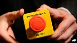 Кнопка, которую госсекретарь США Хиллари Клинтон вручила министру иностранных дел РФ Сергею Лаврову в ходе встречи в Женеве, Швейцария, 6 марта 2009 года.