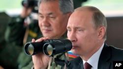 Presiden Rusia Vladimir Putin (kanan) didampingi Menhan Sergei Shoigu mengamati latihan militer Rusia akhir Februari lalu (foto: dok).