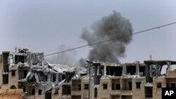 រូបភាពឯកសារ៖ កាលពីថ្ងៃទី១៧ កក្កដា ២០១៧ផ្សែងដោយសារការវាយប្រហារតាមអាកាសលើរដ្ឋឥស្លាមនៅ Raqqa ភាគឦសានប្រទេសស៊ីរី។