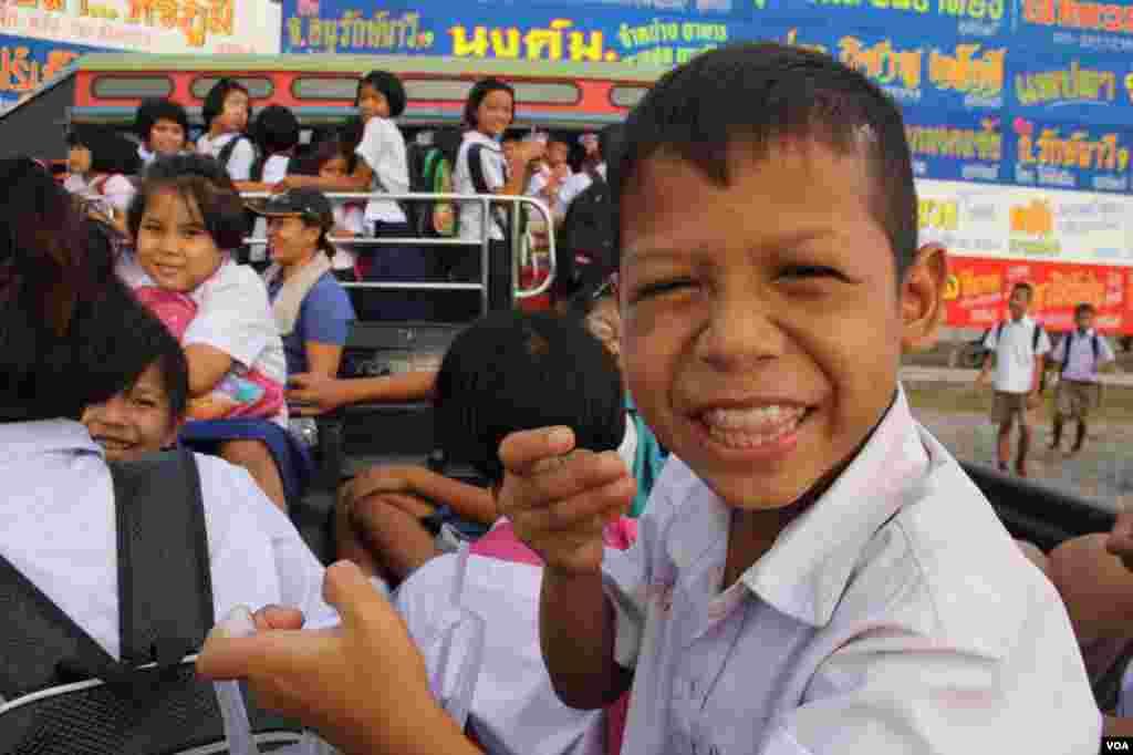 Học sinh Thái Lan và học sinh nhập cư tại Samutsakhon, Thái Lan tan trường, lên xe về nhà. (VOA/D. Schearf)