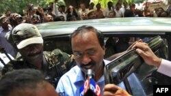 Ông Janardhan Reddy (giữa) cựu chính trị gia và là một trùm ngành khai thác mỏ tại bang giàu khoáng sản Karbataka được đưa tới trung tâm điều tra sau khi bị bắt tại Hyderabad, ngày 5/9/2011